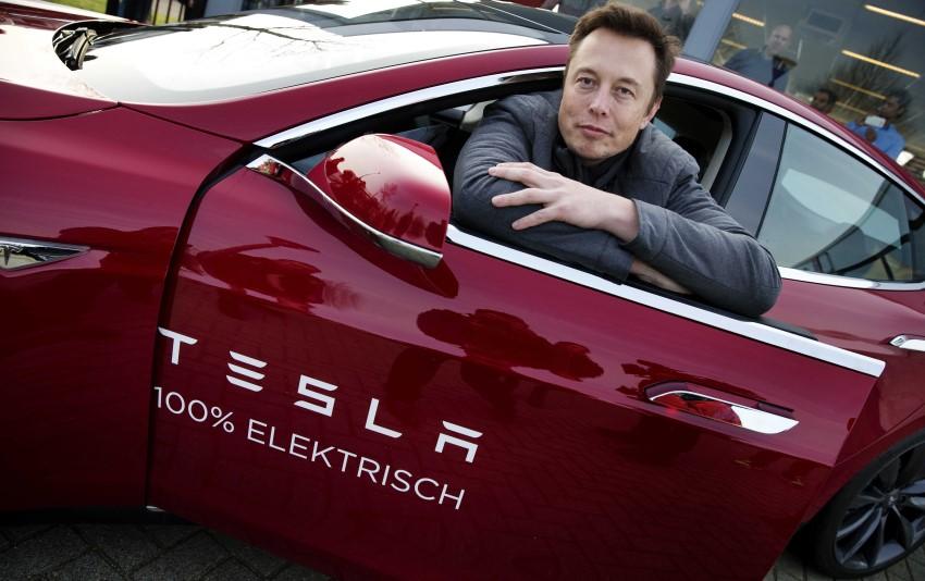 elon musk al volante de un coche Tesla